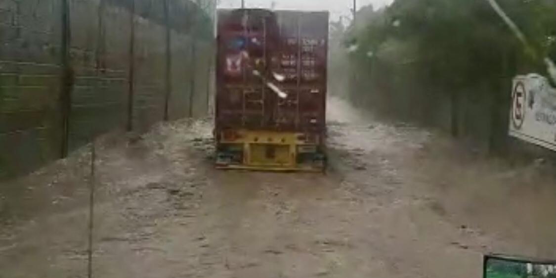 Intensas lluvias inundan calles de Manzanillo.