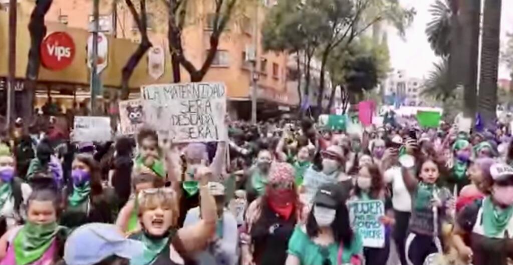 Contingentes feministas marchan en CDMX por el Día de Acción Global por el Aborto Legal.