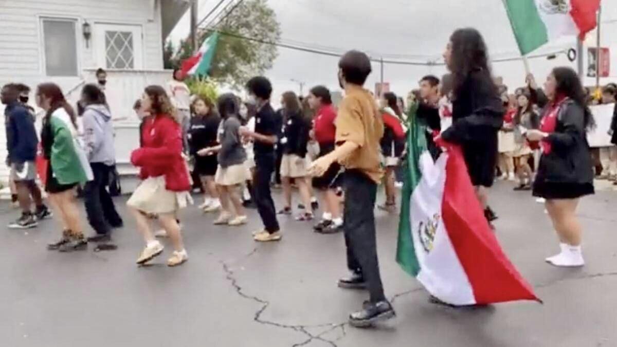 "Estudiantes mexicanos en Chicago fueron discriminados por bailar ""Payaso de Rodeo""."